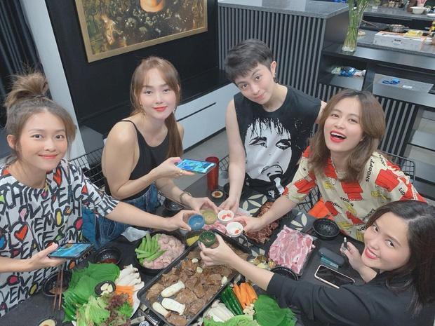 Gil Lê tụ tập cùng Hoàng Thùy Linh và nhóm bạn Ảnh 2