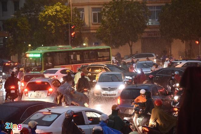 Mái tôn bay xuống đường trong cơn dông ở Hà Nội Ảnh 4