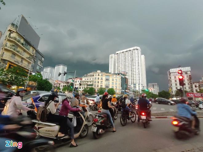 Mái tôn bay xuống đường trong cơn dông ở Hà Nội Ảnh 2