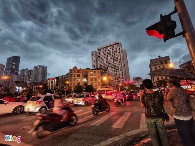 Mái tôn bay xuống đường trong cơn dông ở Hà Nội Ảnh 3