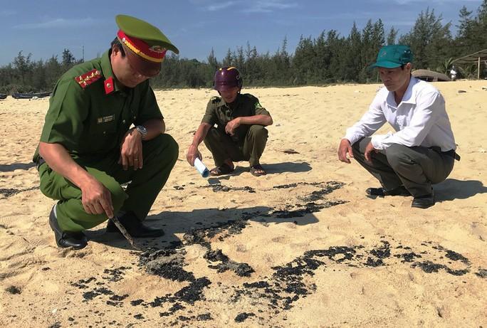 Hơn 1 km bờ biển Quảng Ngãi xuất hiện chất 'lạ' Ảnh 1