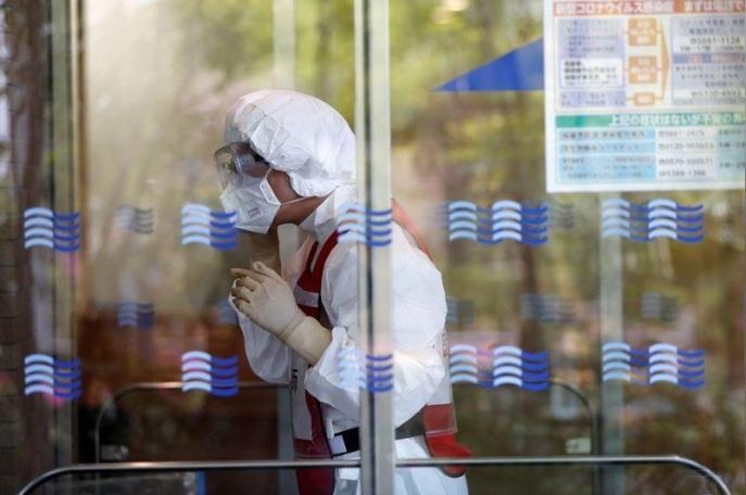 Thiếu trang bị y tế phòng Covid-19, bác sĩ Nhật dùng khẩu trang tới hỏng mới bỏ Ảnh 3
