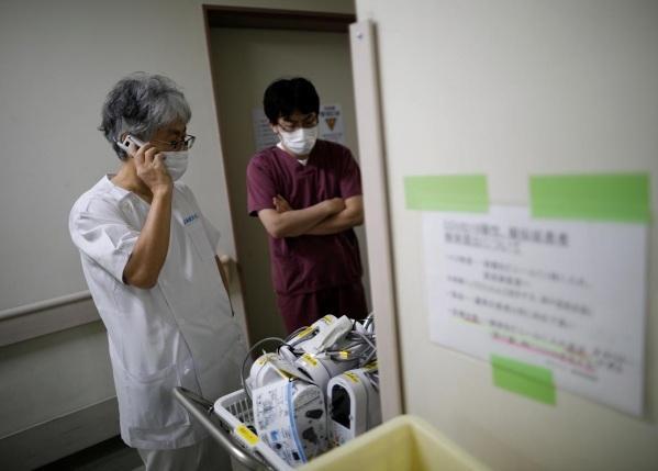 Thiếu trang bị y tế phòng Covid-19, bác sĩ Nhật dùng khẩu trang tới hỏng mới bỏ Ảnh 5