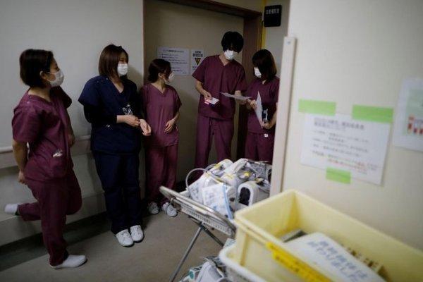 Thiếu trang bị y tế phòng Covid-19, bác sĩ Nhật dùng khẩu trang tới hỏng mới bỏ Ảnh 4