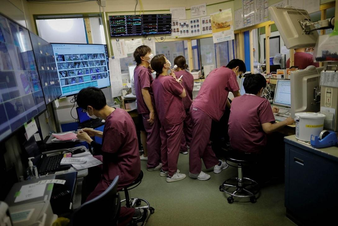 Thiếu trang bị y tế phòng Covid-19, bác sĩ Nhật dùng khẩu trang tới hỏng mới bỏ Ảnh 1