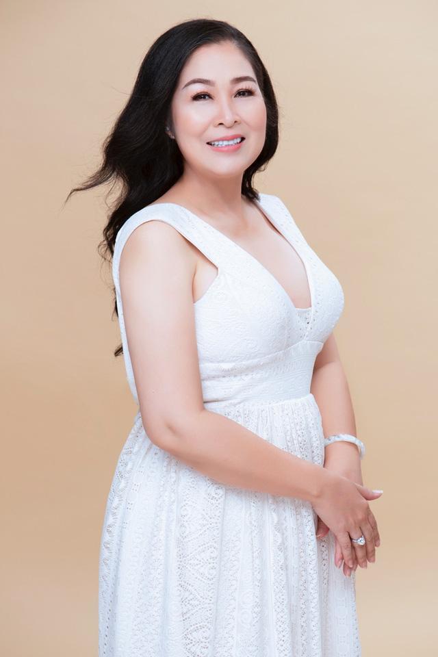 NSND Hồng Vân bất ngờ 'lột xác' với vẻ đẹp gợi cảm hiếm thấy ở tuổi 54 Ảnh 6