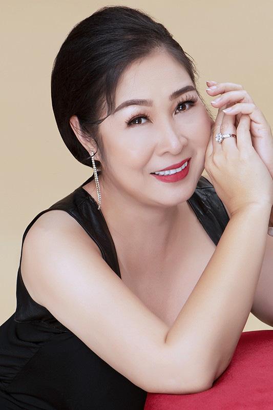 NSND Hồng Vân bất ngờ 'lột xác' với vẻ đẹp gợi cảm hiếm thấy ở tuổi 54 Ảnh 1