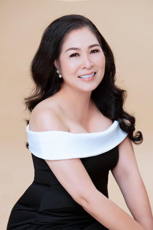 NSND Hồng Vân bất ngờ 'lột xác' với vẻ đẹp gợi cảm hiếm thấy ở tuổi 54 Ảnh 4