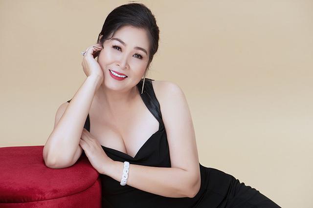 NSND Hồng Vân bất ngờ 'lột xác' với vẻ đẹp gợi cảm hiếm thấy ở tuổi 54 Ảnh 2