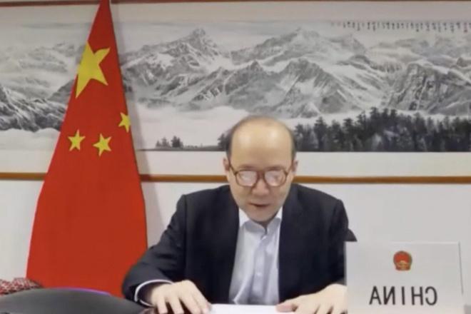 Đại sứ TQ không kịp cài cúc áo, biển tên nước đặt ngược khi họp WHO Ảnh 1