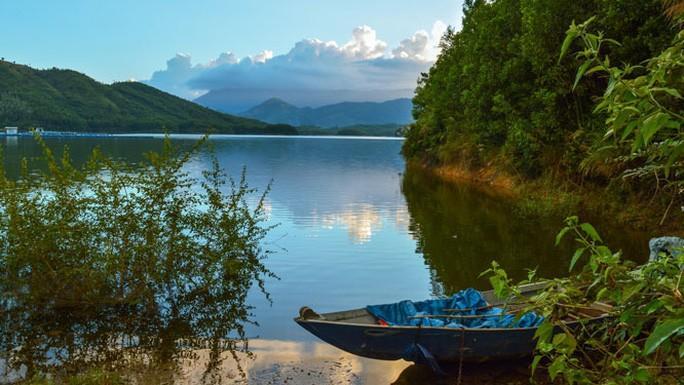 Hồ Hòa Trung đẹp nao lòng! Ảnh 1