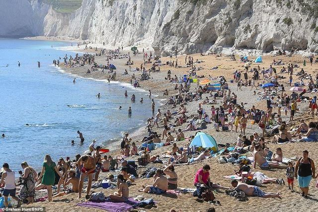 Bất chấp Covid-19, hàng chục nghìn người Anh đi biển vào ngày nóng nhất năm Ảnh 2