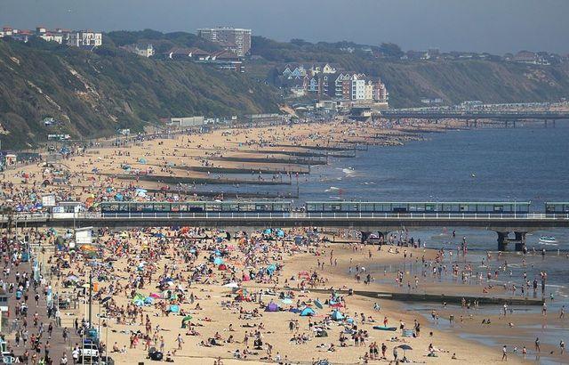 Bất chấp Covid-19, hàng chục nghìn người Anh đi biển vào ngày nóng nhất năm Ảnh 9