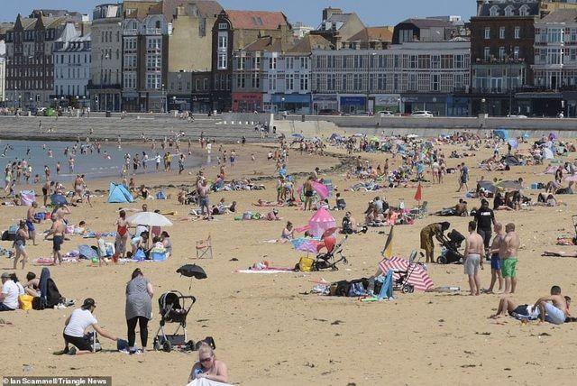 Bất chấp Covid-19, hàng chục nghìn người Anh đi biển vào ngày nóng nhất năm Ảnh 6