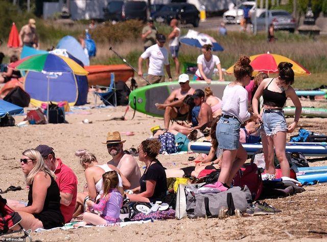 Bất chấp Covid-19, hàng chục nghìn người Anh đi biển vào ngày nóng nhất năm Ảnh 8