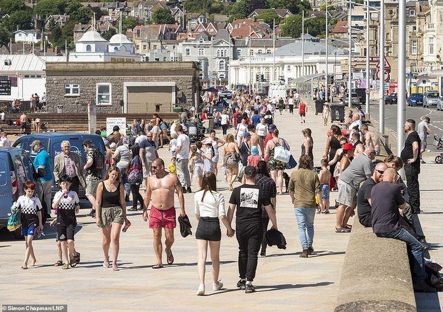 Bất chấp Covid-19, hàng chục nghìn người Anh đi biển vào ngày nóng nhất năm Ảnh 1