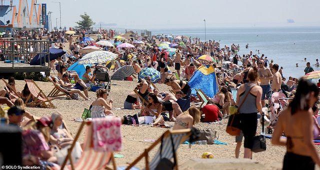 Bất chấp Covid-19, hàng chục nghìn người Anh đi biển vào ngày nóng nhất năm Ảnh 4