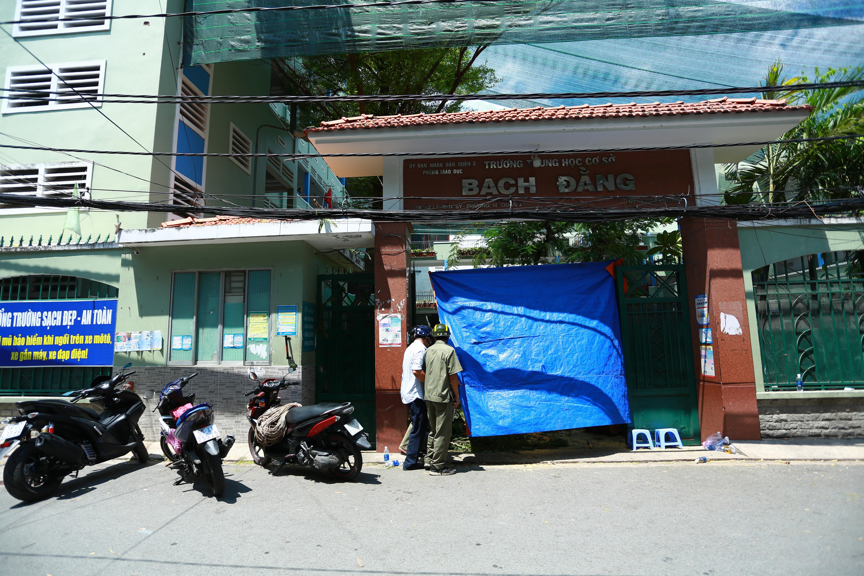 Cận cảnh gốc phượng vĩ mục ruỗng đổ gãy đè 13 học sinh thương vong ở Sài Gòn Ảnh 11