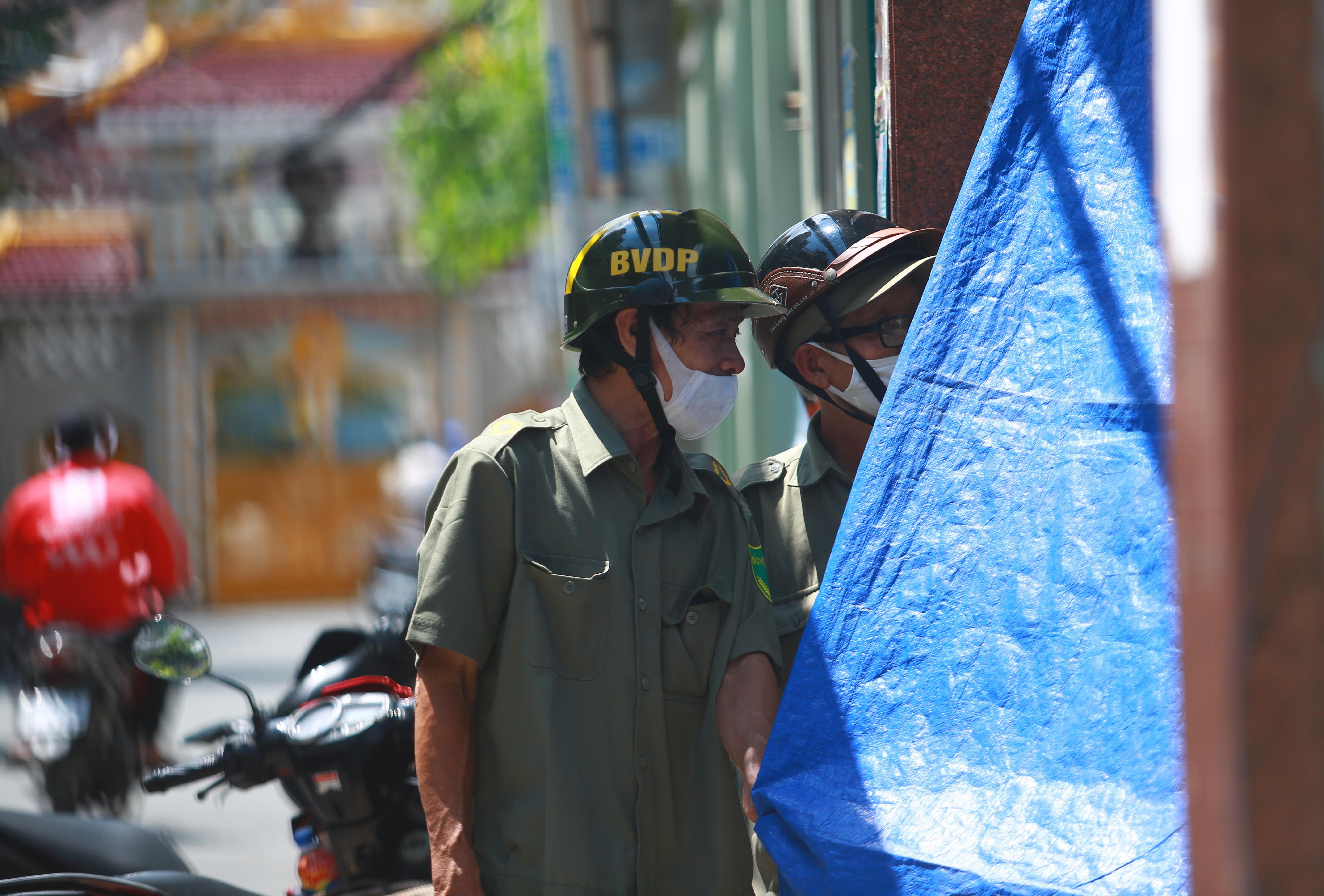 Cận cảnh gốc phượng vĩ mục ruỗng đổ gãy đè 13 học sinh thương vong ở Sài Gòn Ảnh 12