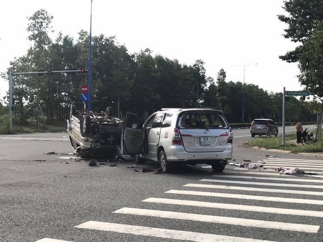 Hai ô tô chở nhiều trẻ nhỏ tông nhau giữa ngã tư rồi lật ngửa, ít nhất 7 người bị thương Ảnh 2