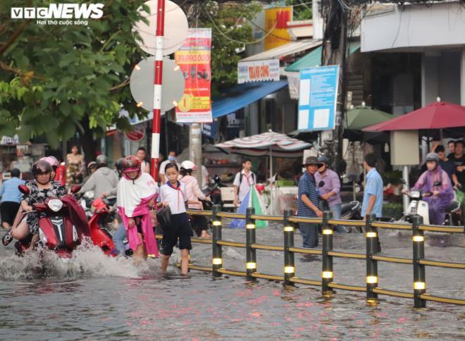 CSGT Cần Thơ bì bõm giữa dòng nước điều tiết giao thông sau cơn mưa lớn Ảnh 4