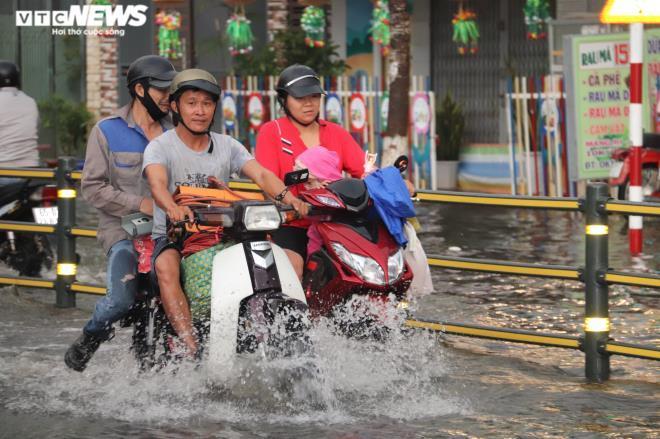 CSGT Cần Thơ bì bõm giữa dòng nước điều tiết giao thông sau cơn mưa lớn Ảnh 2