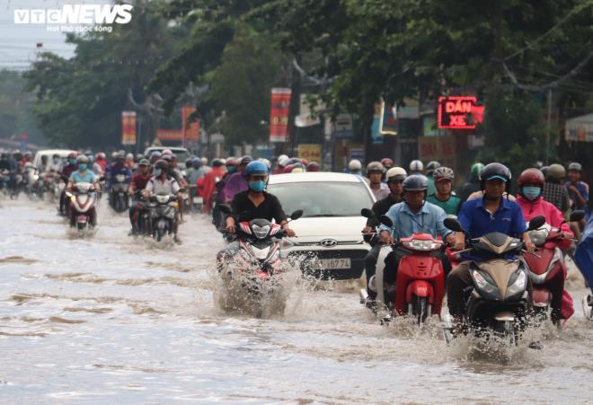 CSGT Cần Thơ bì bõm giữa dòng nước điều tiết giao thông sau cơn mưa lớn Ảnh 1