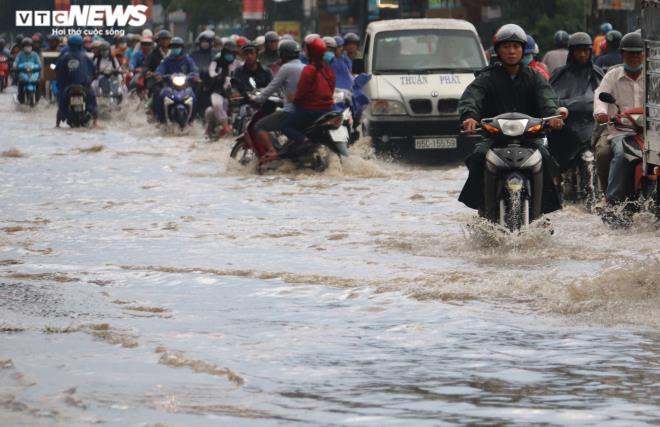 CSGT Cần Thơ bì bõm giữa dòng nước điều tiết giao thông sau cơn mưa lớn Ảnh 5