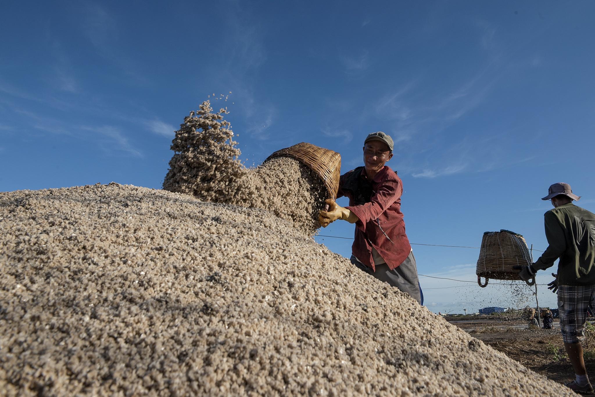 Nhọc nhằn trên cánh đồng muối lớn nhất miền Tây Ảnh 18
