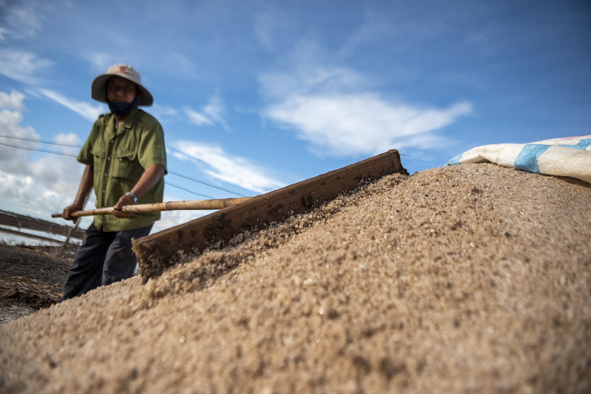 Nhọc nhằn trên cánh đồng muối lớn nhất miền Tây Ảnh 21