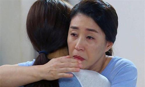 Con dâu thành phố lần đầu về quê chồng, lúc ra về cứ ôm mẹ chồng mà khóc nấc Ảnh 1