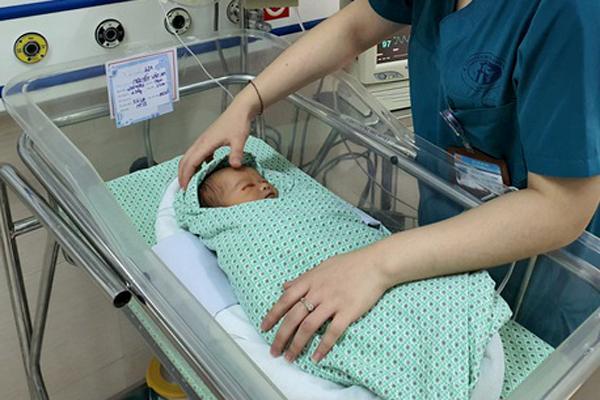 Bé sơ sinh bỏ rơi dưới hố ga ở Hà Nội bị xẹp phổi Ảnh 1