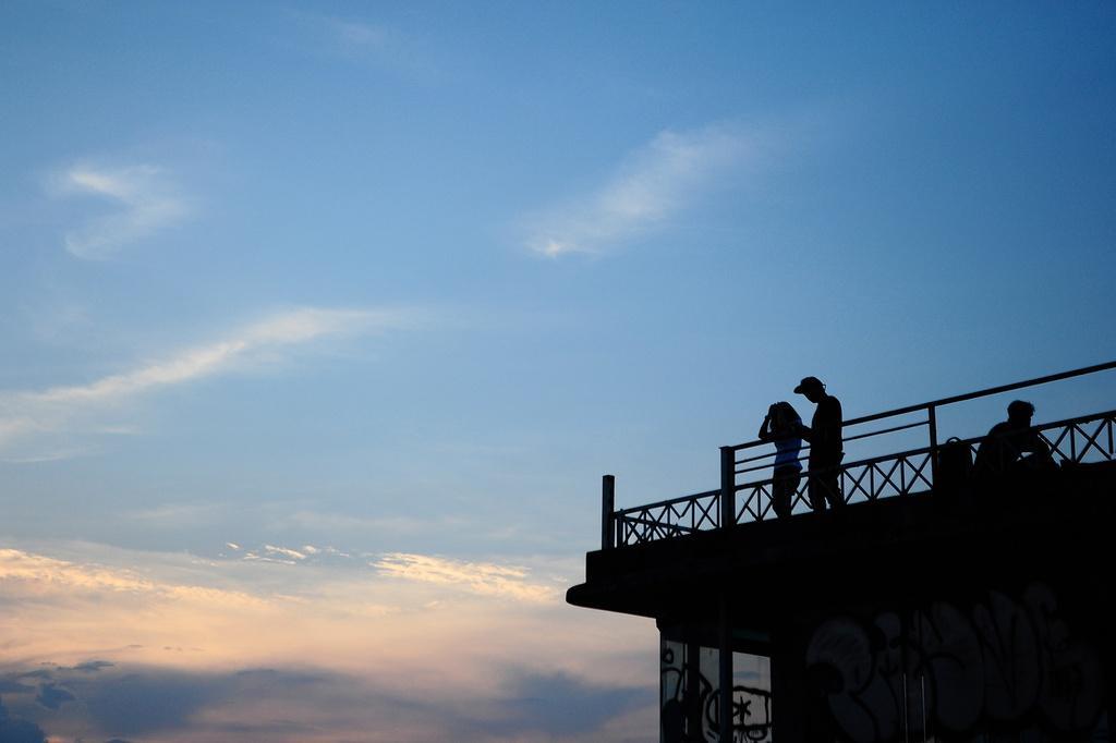 Săn ảnh hoàng hôn bên hồ Tây ở nhà ga thủy phi cơ cũ Ảnh 3
