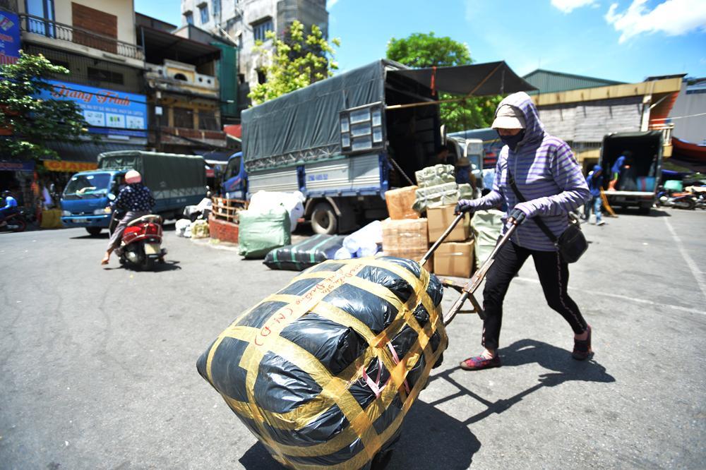Người lao động quay cuồng dưới cái nắng như thiêu đốt tại Hà Nội Ảnh 3