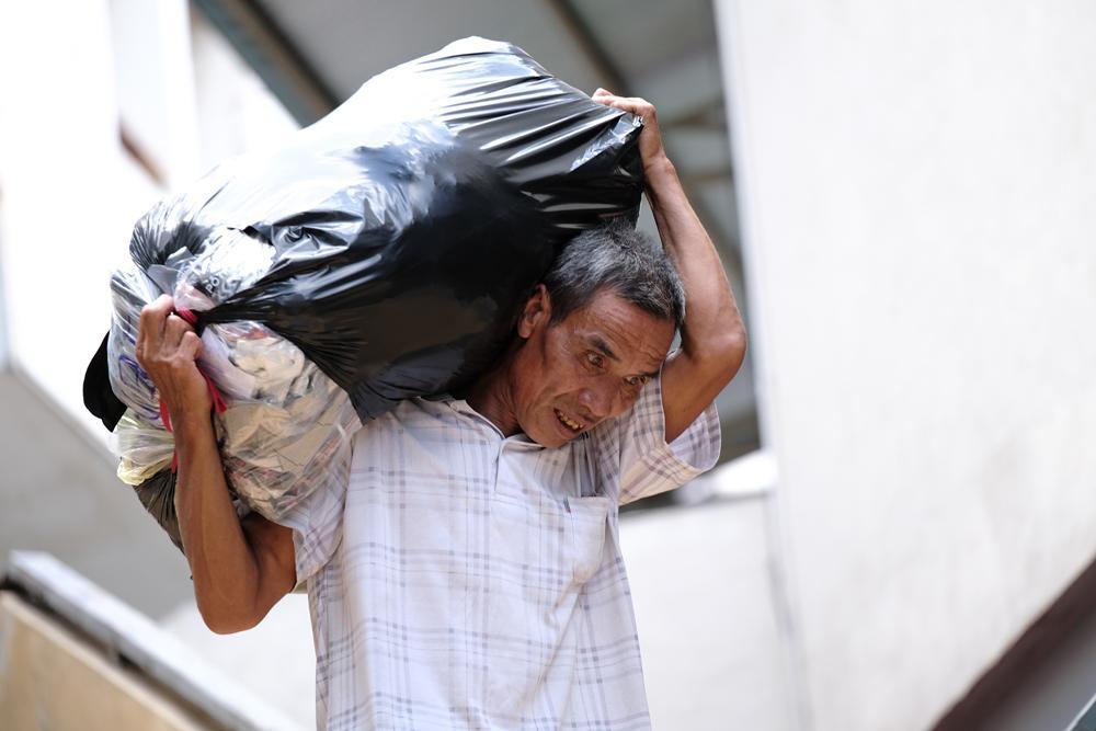 Người lao động quay cuồng dưới cái nắng như thiêu đốt tại Hà Nội Ảnh 7