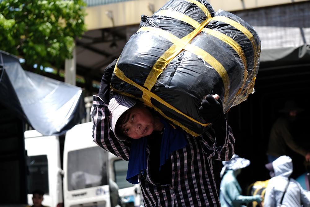 Người lao động quay cuồng dưới cái nắng như thiêu đốt tại Hà Nội Ảnh 1