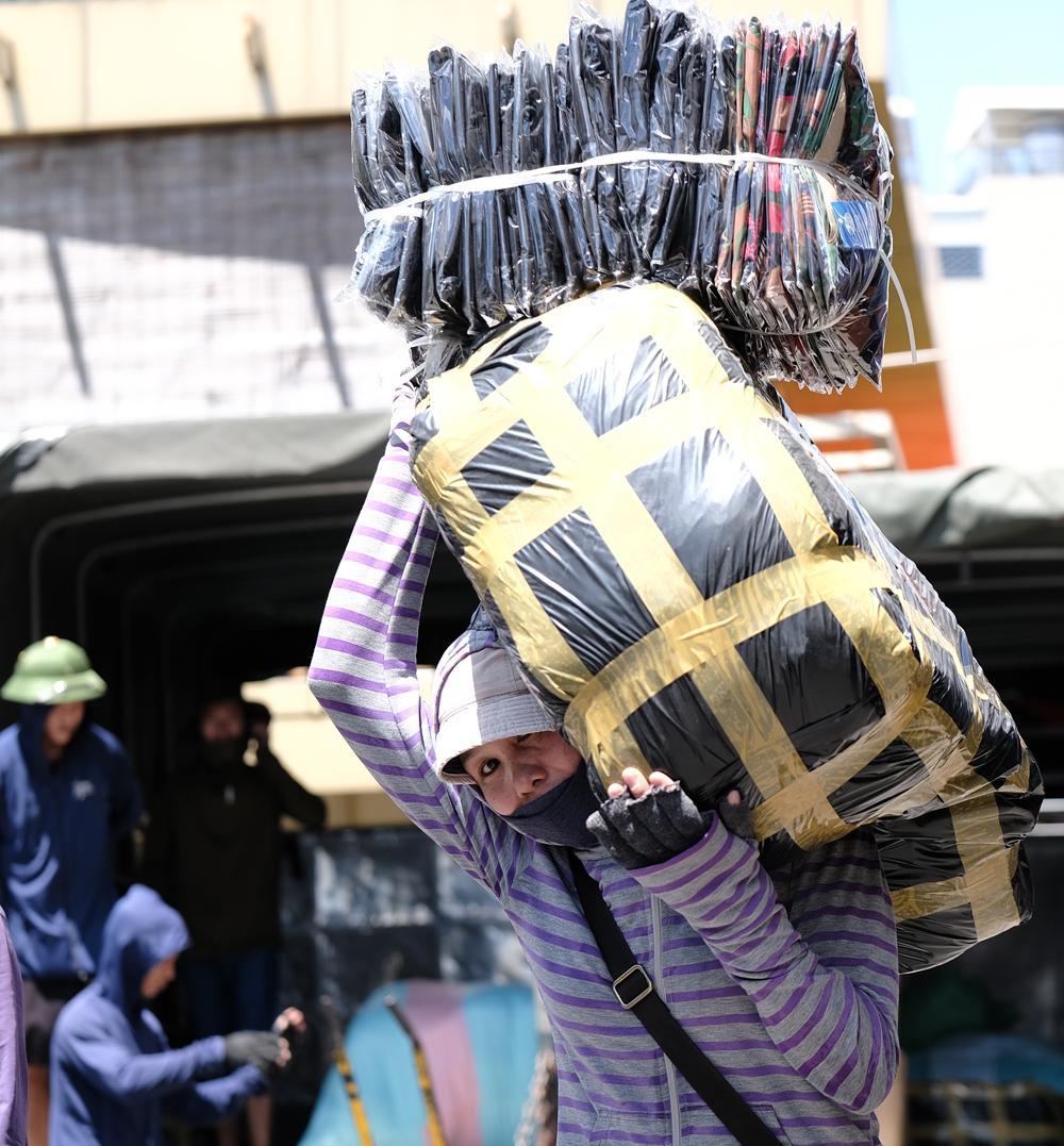 Người lao động quay cuồng dưới cái nắng như thiêu đốt tại Hà Nội Ảnh 9