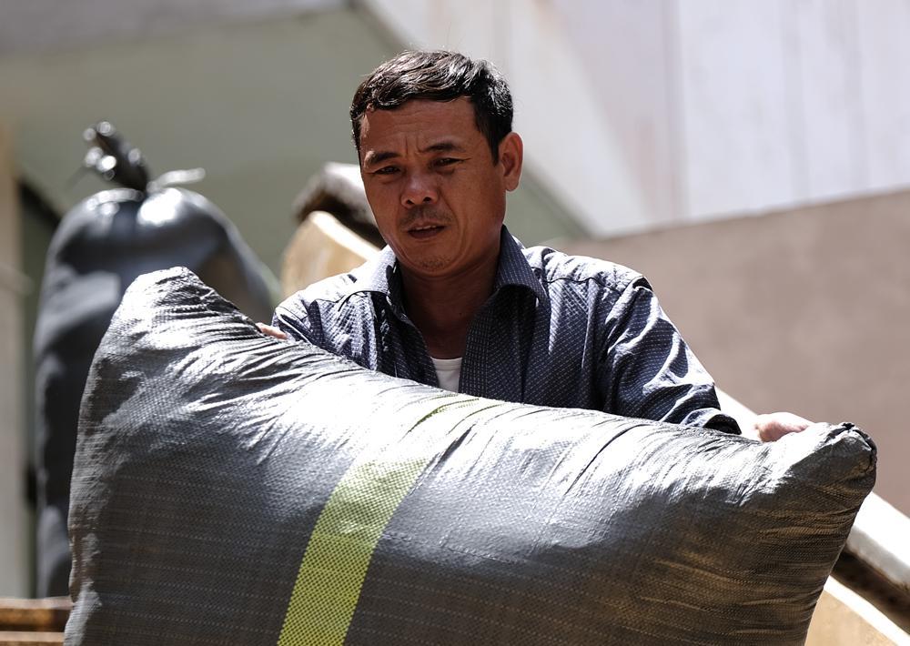 Người lao động quay cuồng dưới cái nắng như thiêu đốt tại Hà Nội Ảnh 5