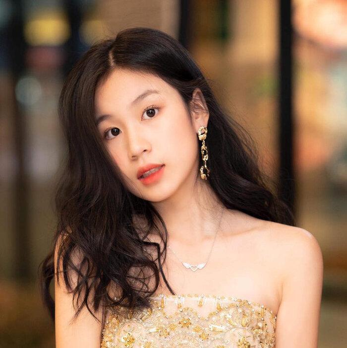 Con gái 15 tuổi của Lưu Thiên Hương khoe dáng trên biển với thần thái hút mọi ánh nhìn Ảnh 6