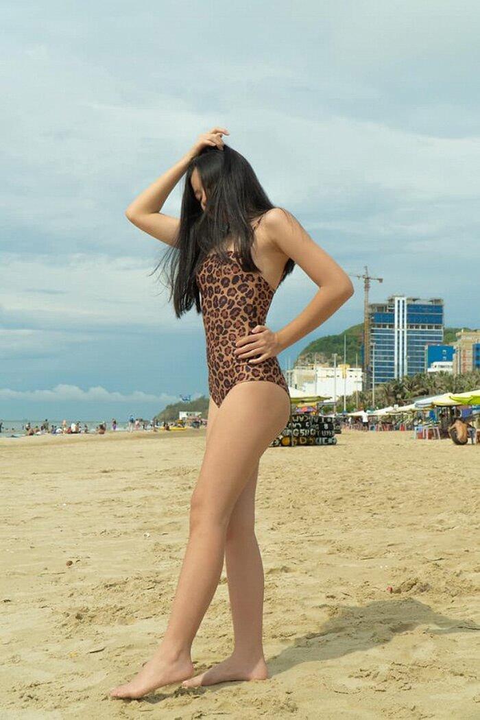 Con gái 15 tuổi của Lưu Thiên Hương khoe dáng trên biển với thần thái hút mọi ánh nhìn Ảnh 3