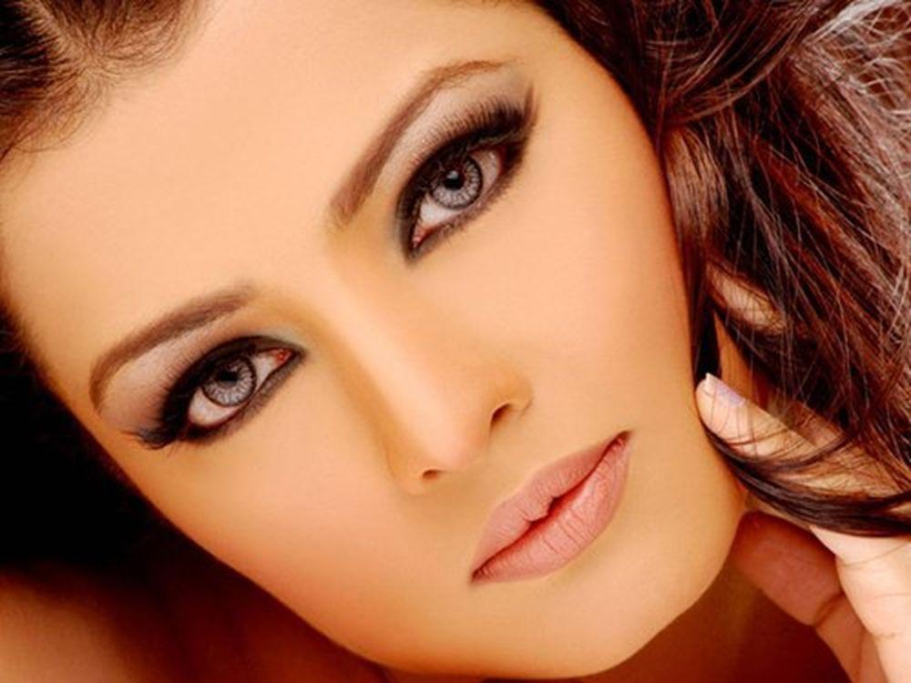 ... không chỉ có tài năng mà sắc đẹp của cô cũng luôn được bình chọn trong  top mỹ nhân Hollywood. Cô sở hữu đôi mắt màu tuyệt đẹp và thu hút.