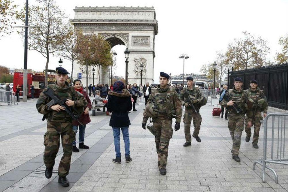 Binh Sĩ Tuần Tra Ở Khu Vực Trước Khải Hoàn Môn Ở Paris, Pháp Ngày 16/11,  Sau Vụ Khủng Bố Liên Hoàn Ở Paris Đêm 13/11 Khiến Ít Nhất 129 Người Thiệt  ...