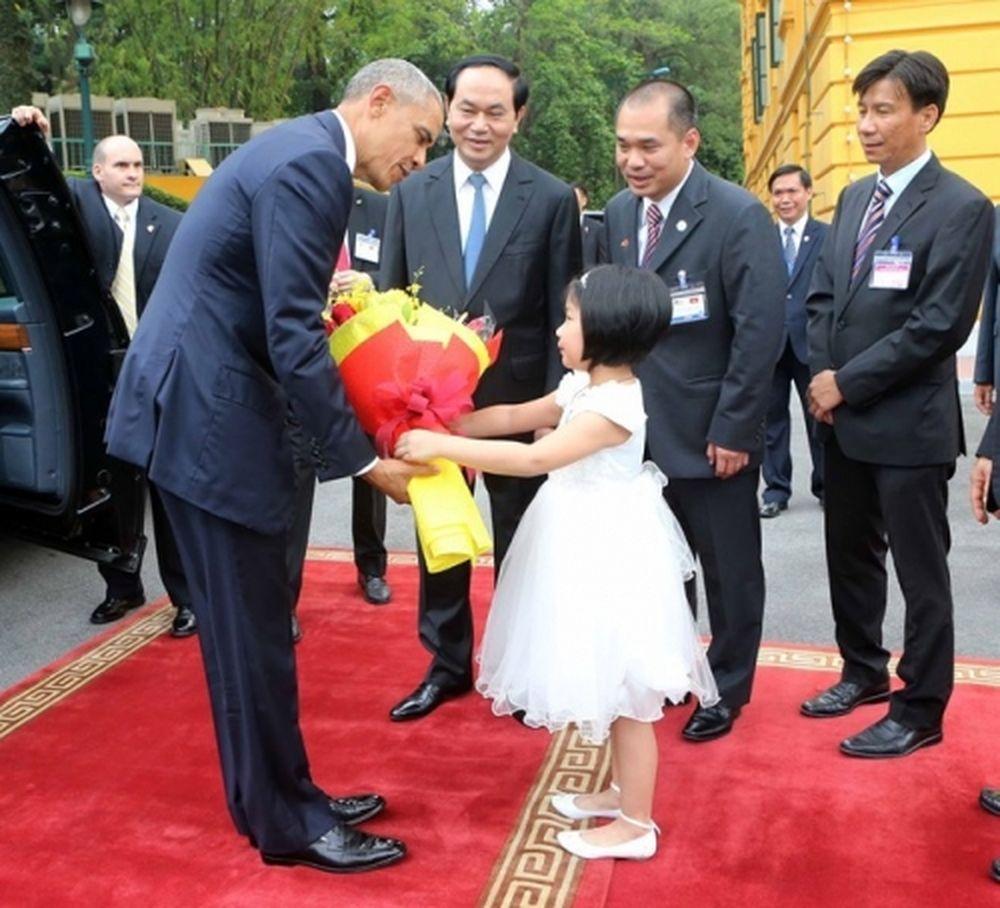 Khoảnh khắc ấy được ghi lại vào lúc 10h30' tại lễ đón chính thức ông Barack  Obama diễn ra ở Phủ Chủ tịch vào ngày làm việc đầu tiên của ông tại Việt  Nam.