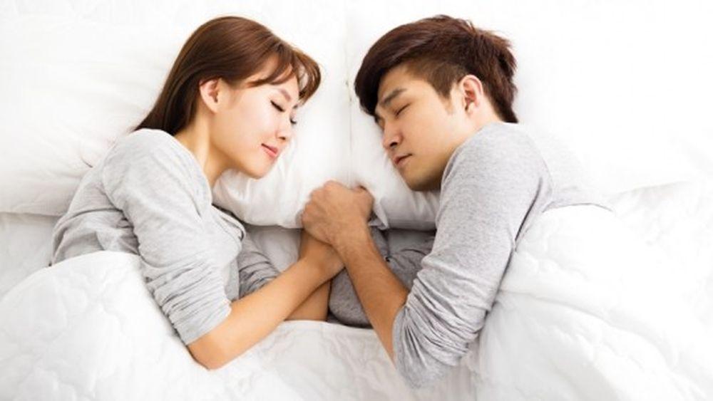 Kết quả hình ảnh cho Một số cặp vợ chồng hoặc con cái… thường xuyên áp dụng tư thế này, vì họ cho rằng tư thế này sẽ giúp họ gần gũi với nhau hơn. Tuy nhiên trong quá trình ngủ, cơ thể chúng ta sẽ thải khí cacbonic. Nhưng tư thế này sẽ khiến chúng ta hít khí cacbonic của nhau, gây nên tình trạng thiếu oxy, gây mệt mỏi, nhức đầu hay mộng du trong khi ngủ… Nếu phòng ngủ vừa kín mít lại chật chội thì bạn càng có nguy cơ bị mệt mỏi hơn.