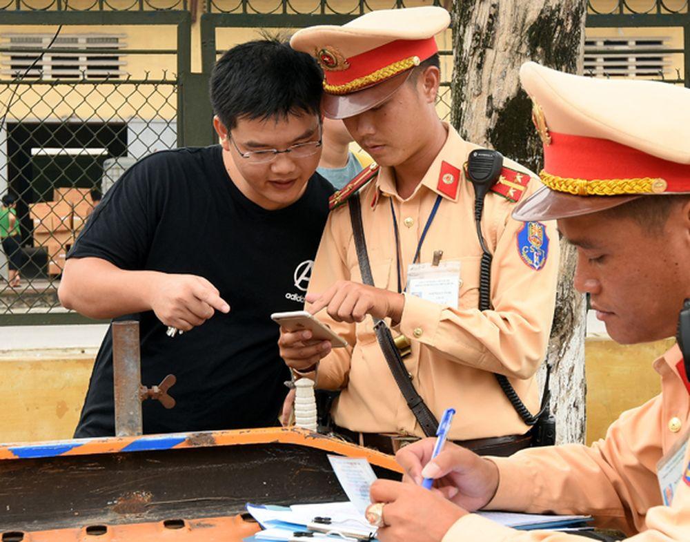 Tuy Không Bắt Buộc Nhưng Chiến Sỹ Csgt Đội 14 (Công An Tp Hà Nội) Vẫn Cho  Người Vượt Đèn Đỏ Xem Hình Ảnh Vi Phạm - Ảnh: Dương Linh