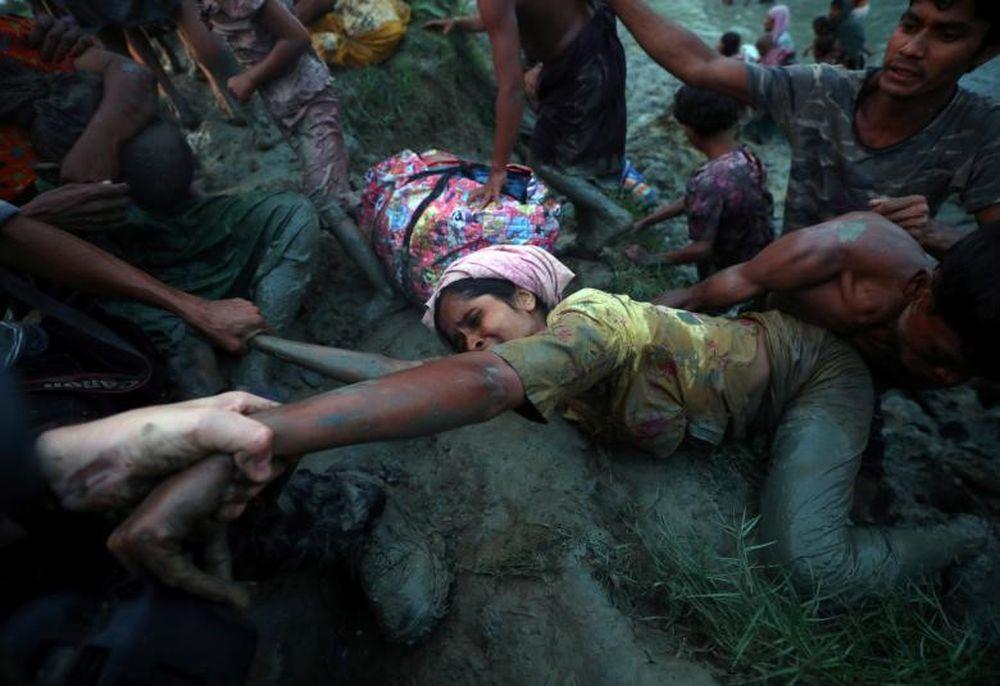 Các Nhiếp Ảnh Gia Đang Giúp Một Người Tị Nạn Rohingya (Myanmar) Trèo Lên Bờ  Sau Khi Lội Qua Sông Naf Trong Quá Trình Vượt Biên Giới Myanmar-Bangladesh  Ở ...