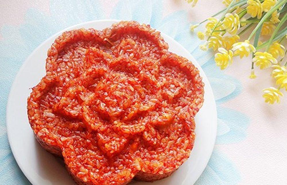 Xôi gấc vừa để thờ cúng gia tiên, vừa là món ăn của ngày đầu năm trong  nhiều gia đình Việt. Nhiều người quan niệm rằng, xôi gấc mang lại may mắn  ...