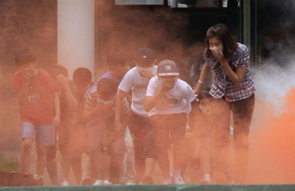 hướng dẫn trẻ bịt mũi không ngửi khói độc
