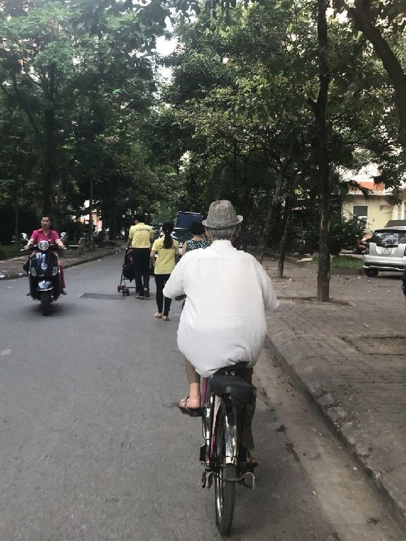 Hình ảnh ông ngoại của Nguyễn Huyền Phương trên chiếc xe đạp cũ của cháu gái.