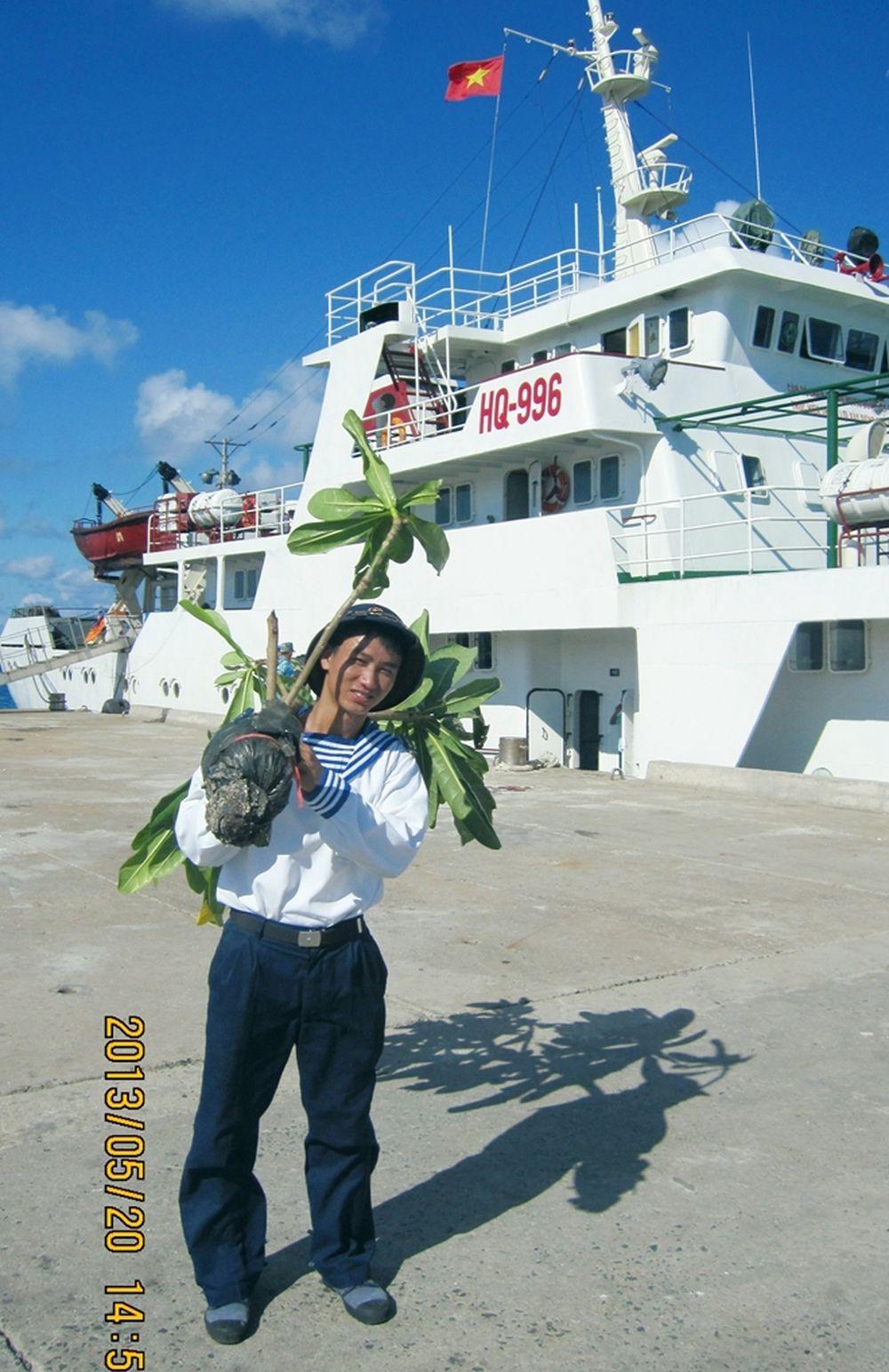 Hành trình trên sông Sài Gòn kéo dài khoảng 3 giờ, là lúc các thành viên đoàn công tác háo hức lên boong tàu chụp ảnh lưu niệm\u2026 Một cây bàng ...